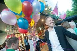 Tijdens de premiere van 5000 Roebel, op 17 mei International Day Against Homophobia, laten we talloze regenboogballonnen de lucht in.