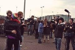 Televisie-zoen voor BNN's 'Spuiten en slikken' op 8 april 2013.