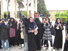 Op het moment dat een man met mij op de foto wilde, zagen zij hun kans schoon. Onder boerka's kwamen de meest moderne mobiele telefoons te voorschijn. Veel gelach. Iran, 2007.